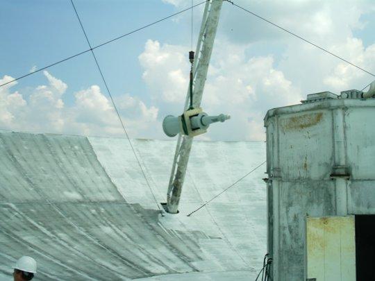 A RadioAstron adatainak vételére alkalmas vevőt 2013 nyarán emelték be a 43 m-es Green Bank-i rádióteleszkóp fókuszába. Ezzel az új feladatot kapott veterán műszer részt vehet az eddigi legfinomabb felbontást nyújtó csillagászati megfigyelésekben. (Kép: Galen Watts/NRAO/AUI/NSF)