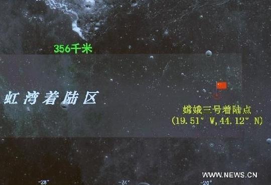 A Chang'e-3 holdszonda tényleges leszállóhelye az Esők Tengerén a holdrajzi koordináták feltüntetésével. A leszállóhelyet egy kínai vörös zászlócska jelképezi (kép: CCNTV és Planetary Society).