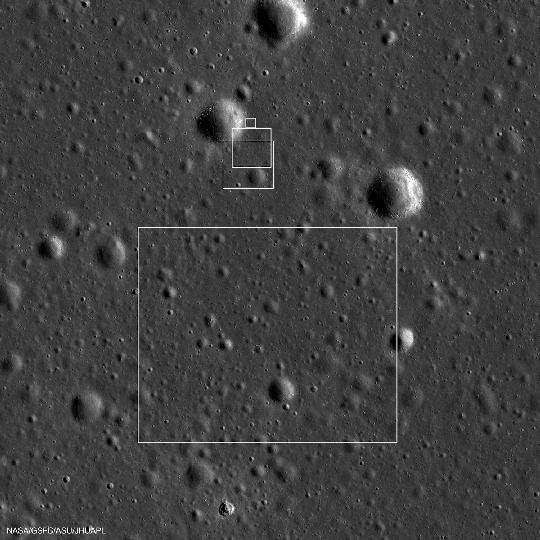 A Chang'e-3 holdszonda leszállóhelye a NASA LRO nagylátószögű kamerája által régebben készített felvételeken a legkisebb négyzetben vagy annak közvetlen közelében helyezkedik el. A leszállóhelyhez legközelebbi feltűnő kráter átmérője 450 méter. Az egyre kisebb oldalhosszúságú négyzetek a Chang'e-3 leszállást ellenőrző kamerájának látómezejét jelölik. Észak fent van, a kép 4,7 km x 4,7 km méretű (kép: NASA LRO/LROC SESE/ASU és spaceports.hu).