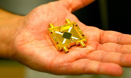A távcső csak a műszer fele: a Hale-távcső építését még a II. világháború előtt kezdték, de manapság rajta tesztelik a szupravezetéssel operáló ARCONS kamerát, amely képes minden egyes foton hullámhosszát is rögzíteni az UV, optikai és közeli infravörös tartományban, és egyszer majd leválthatja a hagyományos CCD-ket. Forrás:Spencer Bruttig.