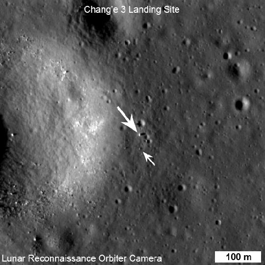 Az LRO LROC kislátószögű kamarája (NAC) legjobb felvételén a Chang'e-3 kínai holdjáró (lenti nyíl) és leszállóegység platform (fenti nyíl) is látható, valamint hosszú árnyékuk is a helyi naplementéhez közeli alacsony napállásnál. A bal oldalon egy 450 méter átmérőjű kráter napsütötte, fényesebb oldala látszik. A kép egyik oldala 578 méter, észak felfelé van (kép: NASA LRO/LROC NAC M1142582775R, SESE/ASU, 2013. december 30.).