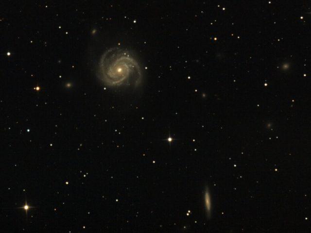 A hét csillagászati képe a Fiastyúk Csillagdában készült 2009. március 17-én, 250/1250-es Newton-távcsővel és Canon EOS 350 fényképezőgéppel, 19x480 s expozíciós idővel. A hatalmas spirálistól jobbra lefelé látható elnyúlt galaxis az NGC 4312.