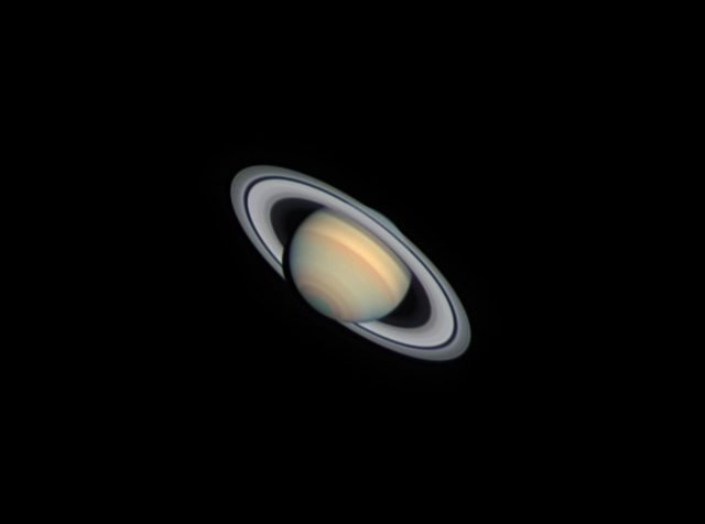 A gyűrűs bolygó 2014. március 19, Stefan Buda felvételén. A kép 405/6500-as Dall-Kirkham-távcsővel, DMK21AU04 kamerával készült, Astrodon series-I RGB szűrőkön keresztül.