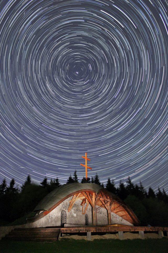 Csillagnyomok a Hármashalom-oltár felett. Munzlinger Attila felvétele.