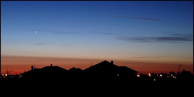 Hajnali háztetők Kaposváron, fölöttük a bolygópáros. Maczó András felvétele.
