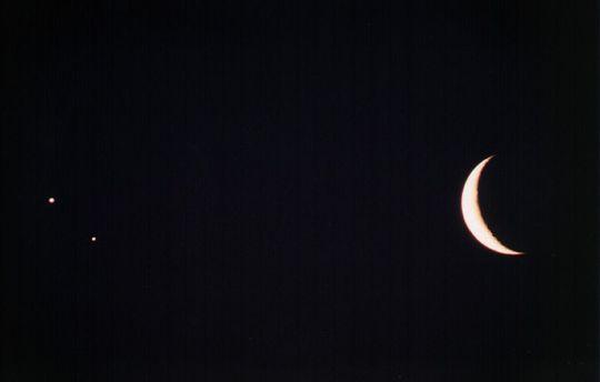 A Vénusz, a Jupiter és a Hold látványos együttállása 1998. április 23-án hajnalban. Mizser Attila felvétele MOM 86/620-as akromáttal készült, Kodak Elite 400 filmre, 5 s expozíciós idővel. A most következő, 2014. augusztus 23-i együttállás korántsem lesz ennyire szoros.