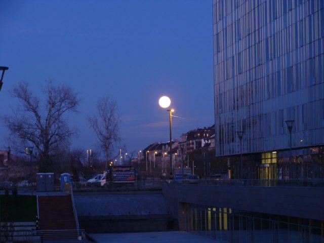 Teleholdkelte Budapesten. Vajon miért látjuk olyan nagynak a kelő Holdat?