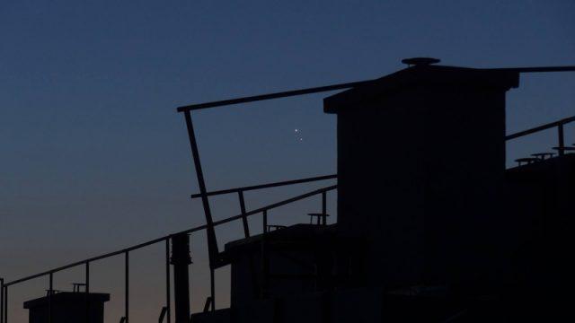 Hajnali háztetők Vénusszal és Jupiterrel Borovszky Péter felvételén (Terézváros).