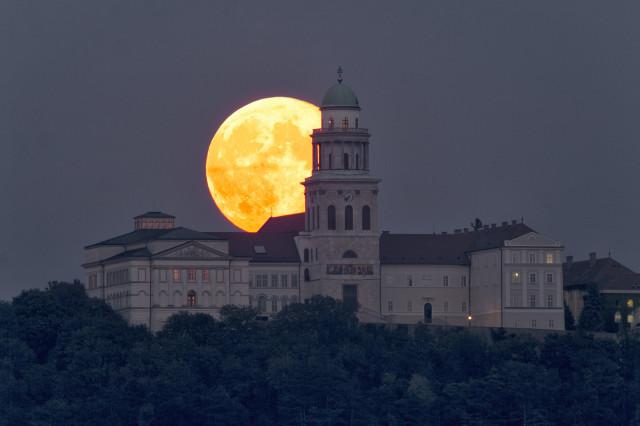 SW A kelő Hold Pannonhalma fölött  2014. szeptember 9-én kora este. A felvétel 80/600-as SW apokromáttal és SW0,85 reduktorral készült Écs belterületén, a 82-es út mellől.