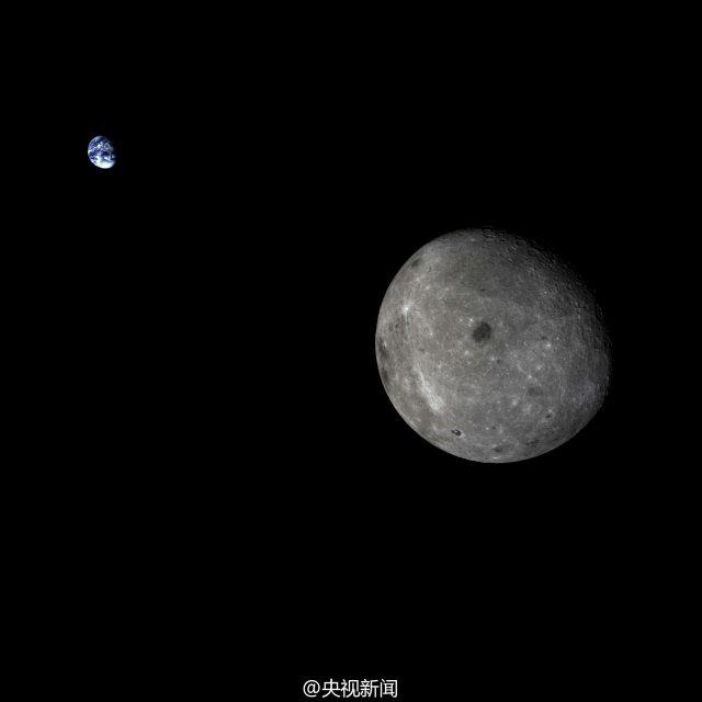 Sápadt, fekete-fehér világ a Hold a távolban ragyogó Kék Bolygóhoz képest. A Chang'e 5T1 felvétele október 28-án készült. Holdunk szokatlan arcát mutatja, hiszen így mi sohasem láthatjuk. A legfeltűnőbb alakzatok közé tartozik a sötét, kerek Mosztva-tenger, valamint a sötét, kifli alakú Ciolkovszkij-kráter (legalul, a peremen, kevéssel 6 óra után). (www.universetoday.com