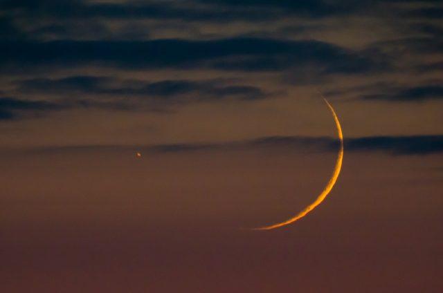 A Hold és a Szaturnusz párosa 63/840-es Zeiss Telemator refraktorral és Canon 550D fényképezőgéppel fényképezve 14:23 Ut-kor, az esti szürkületben.