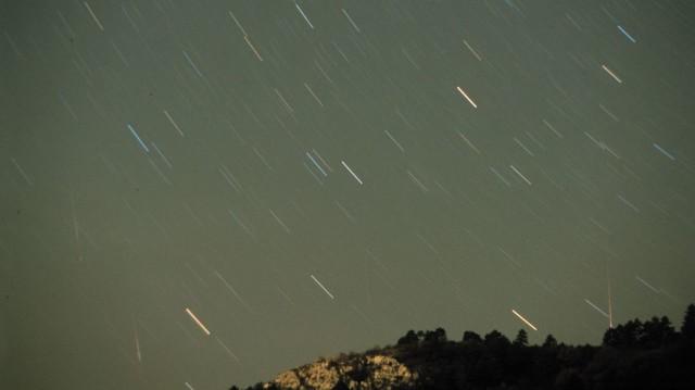 Leonida-meteorok 1998. november 16/17-én, a Budaörs melletti Farkas-hegy fölött. A felvétel 1,8/50 mm-es objektívvel készült, Kodak Elite 400 diára, 10 perc expozíciós idővel. A képen négy Leonida-meteor nyoma látható. A sziklákat a város fényszennyezése világítja meg.