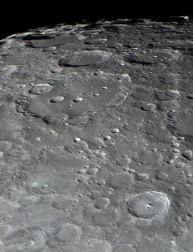 Szinte egymást fedik át a kráterek a déli krátermező becsapódások által szabdalt vidékén.