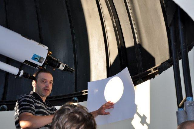 A Nap képének kivetítése megfigyelést nyújt, azonban a kivetítéshez használt lencsében ne legyen műanyag alkatrész, és ügyelni kell arra is, hogy a kíváncsiskodók ne nézzenek bele a fénymenetbe.