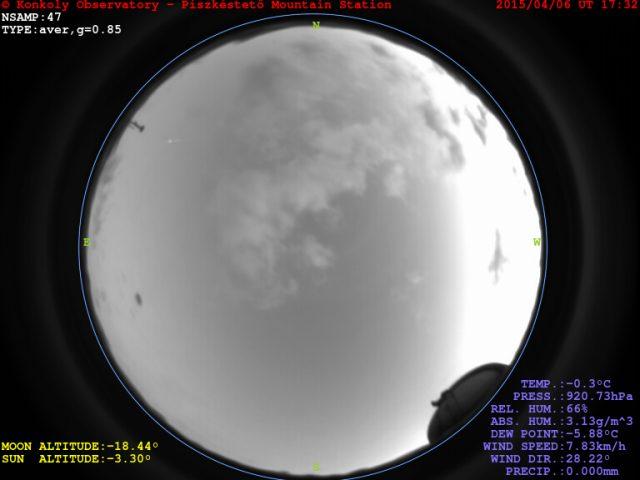 A tűzgömb felvillanása a Piszkés-tetői Obszervatórium teljeségbolt-kamerájának felvételén kb. 10 óra irányában, a képmező peremén. (Azért annyira kicsi a látszó mérete, mert a felvétel a teljes égboltot mutatja.)