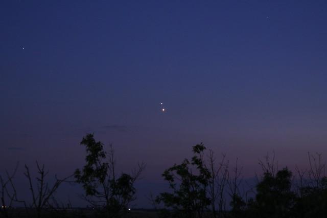 Gyarmathy István a Hortobágyi Csillagdából fényképezte az együttállás. Balra fent a Regulus (alfa Leo) látható.