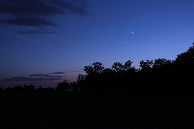 A két bolygó párosa egy repülőgép nyomával. Horváth Zsolt a csepeli Katalin-tónál fotózott.