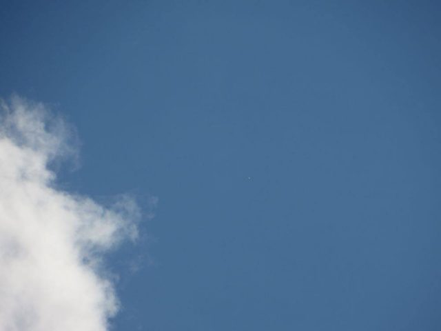 A képmező közepétől kicsit jobbra látható fehér pont nem más, mint a Vénusz. Ez a nappali felvétel egy egyszerű kompakt digitális fényképezőgéppel készült, és nagyjából visszaadja a bolygó szabadszemes látványát. (Mizser Attila felvétele)