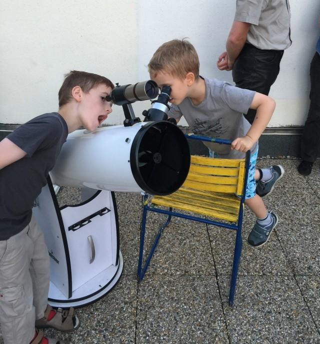 Távcsövező gyerekek a Polaris teraszán - Vénusz-Jupiter-lesőben (Kiss László felvétele)
