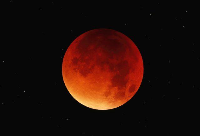 Zavartalan körülmények között, jó átlátszóság és tiszta ég mellett észleltük a hajnali holdfogyatkozást Gencsapátiból. Intes 150/900 MN, Canon 700D, ISO 200/ISO 800, 2 x 3.2 s + 1 x 30 s (id. és ifj. Szendrői Gábor).
