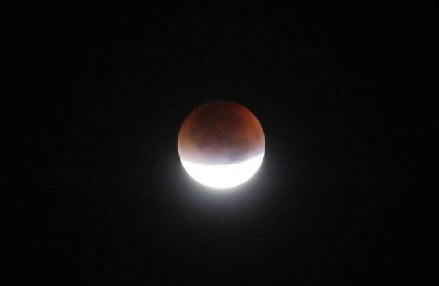 Fedor Tamás Londonból küldte nekünk ezt a mosolygó holdfogyatkozást.