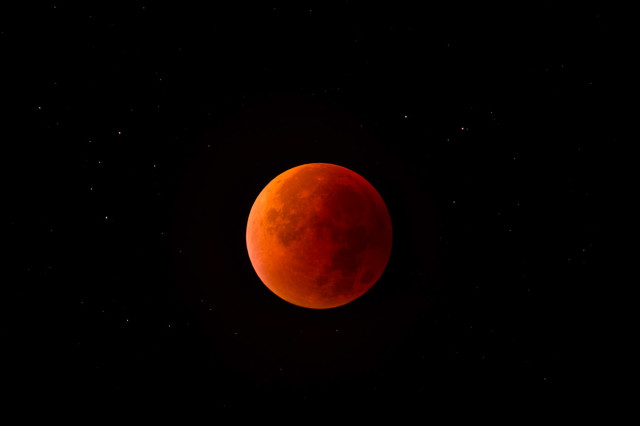 Horváth Attila Róbert derült időben, Győrből fényképezte a fogyatkozó Holdat, a totalitást láthatjuk a felvételen, csillagos háttérrel. 80/600-as SW apokromáttal készült a fotó.