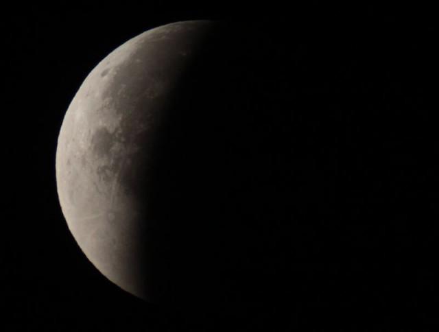 Nagy Felícián Csornáról észlelte a jelenséget, 120/1000-es refraktorral. Ezen a képen a részleges fázis egyik pillanatát láthatjuk.