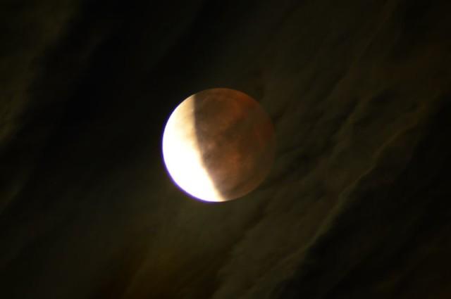 """Ivanics Ferenc Úrkútról fényképezte a félig """"elfogyatkozott"""" Holdat - felhőkön keresztül."""