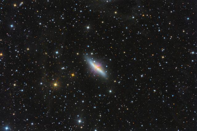 """Az M82 és a Tejútrendszerünk fényét visszaverő fluxusködök. A felvétel Sky-Watcher Quattro 10"""" távcsővel és módosított Canon EOS 450D fényképezőgéppel készült 282x300 s expozícióval (ISO1600)."""