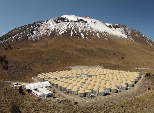 A mexikói Sierra Negra nevű vulkán melletti fennsíkon, 4100 méteres magasságban elterülő HAWC detektorrendszer (http://www.hawc-observatory.org/)