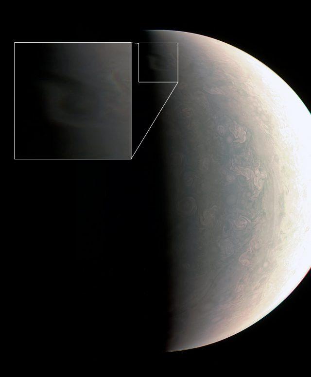 Az északi pólus, és az árnyékot vető felhők. (NASA / JPL / SwRI / MSSS / Emily Lakdawalla)